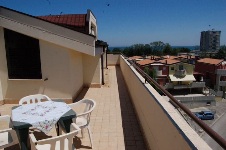A sunny terrace on Vasto beach - Vasto - Apartemen