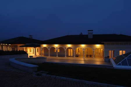 Luxury villa suburb of Budapest - Törökbálint - Casa de camp