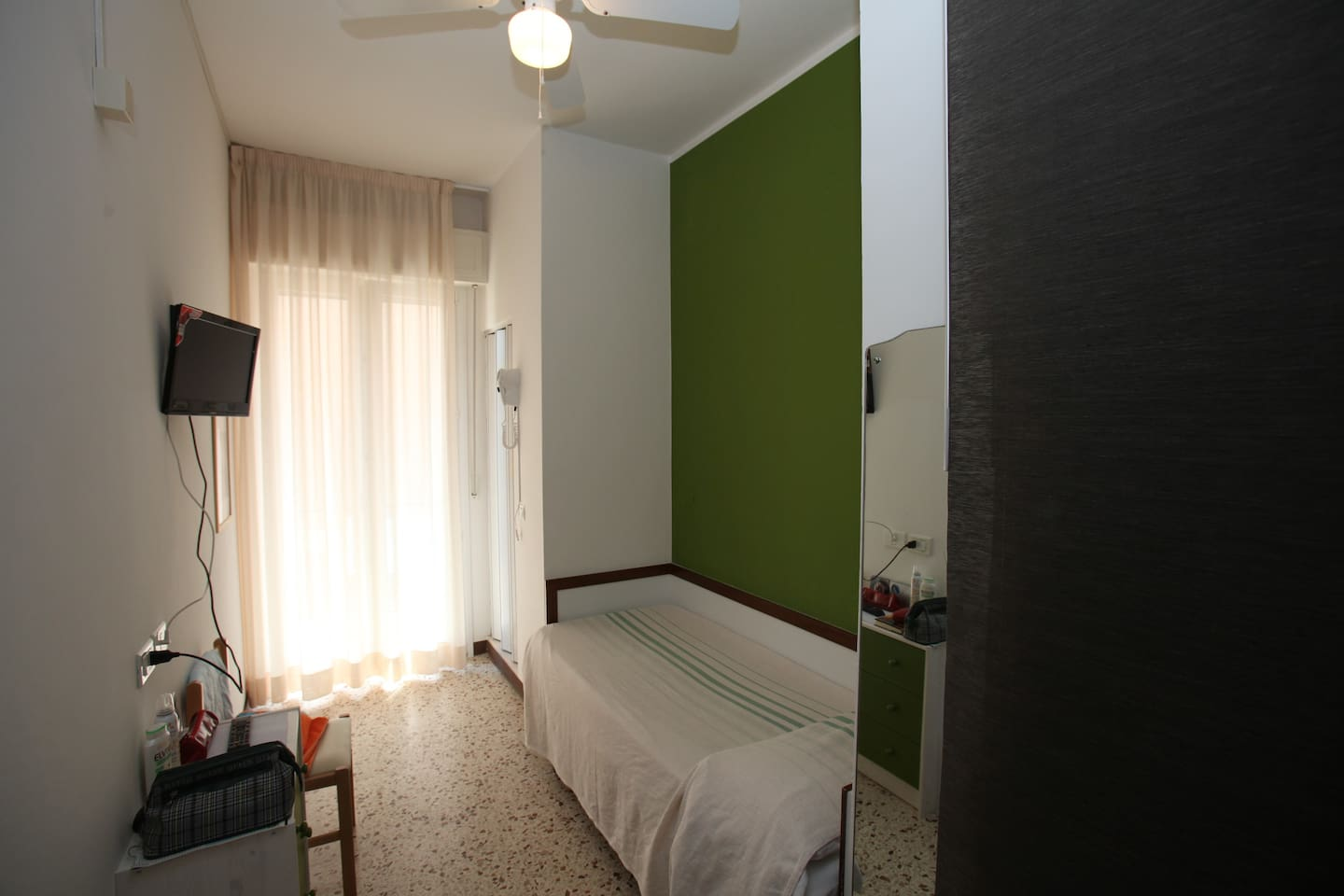 Single Room Ensuite, with balcony, TV sat, hair dryer, free wi fi, Air Conditioned