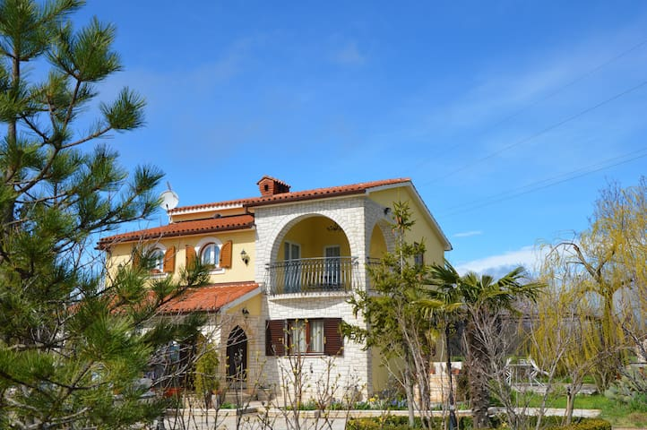 Enchanting Olive Garden Villa Apartment with Pool - Galižana - 別荘