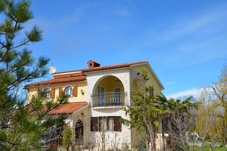Enchanting Olive Garden Villa Apartment with Pool - Galižana - Huvila