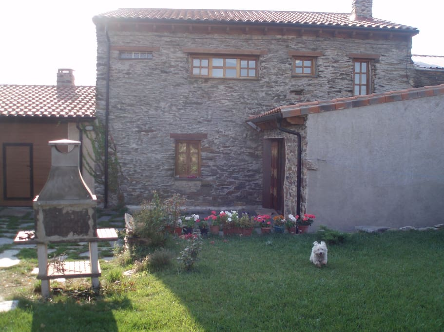 Parte posterior y Jardin. Back of the house and garden