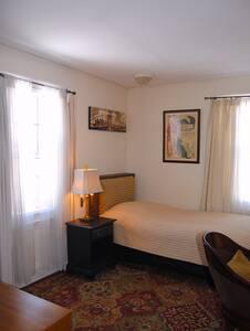 Quiet, Spacious Room close to Harvard - Belmont - Casa