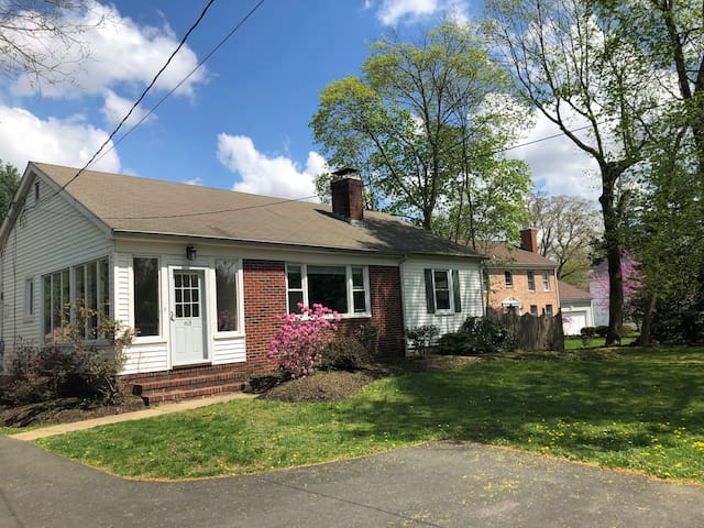 Family home in Princeton Junction - walk to train