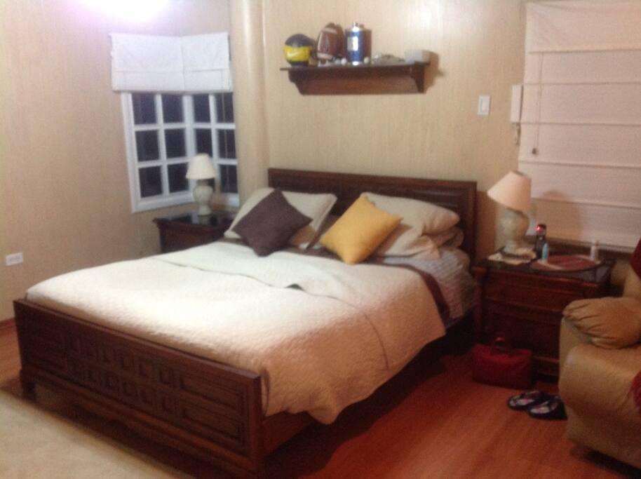 Dormitorio individual con cama queen, baño privado, jacuzzi,