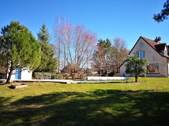 Villa d'architecte dans parc arboré avec piscine