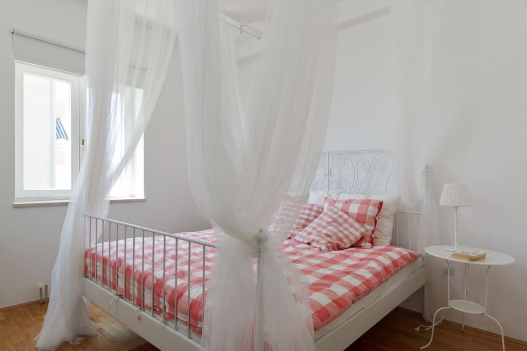 chambre matrimoniale avec le lit à baldaquin