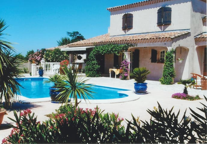 Pleasant villa located in Aureille, close to the center by foot, in the Alpilles Park, sleeps 6.