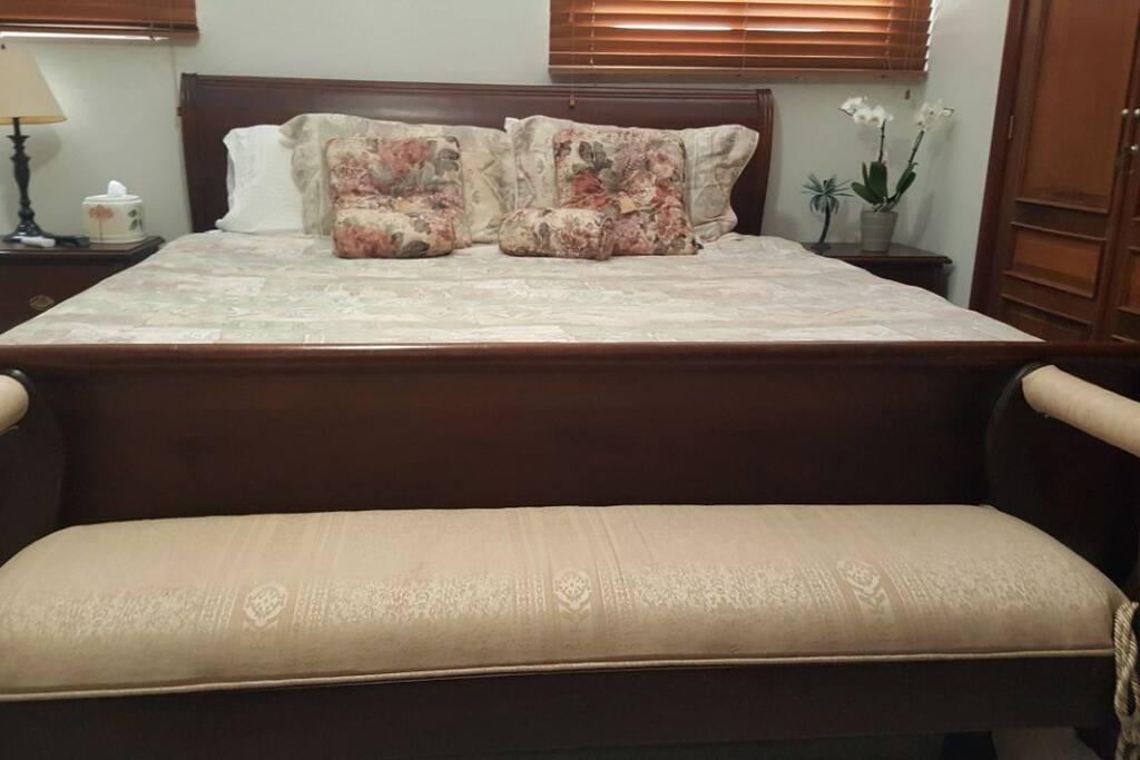 Habitación principal con cama xking y fina lencería de algodón egipcio 1,200 hilos