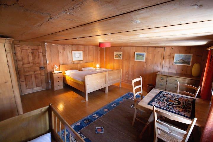 1.Schlafzimmer mit Doppelbett und Kinderbettli