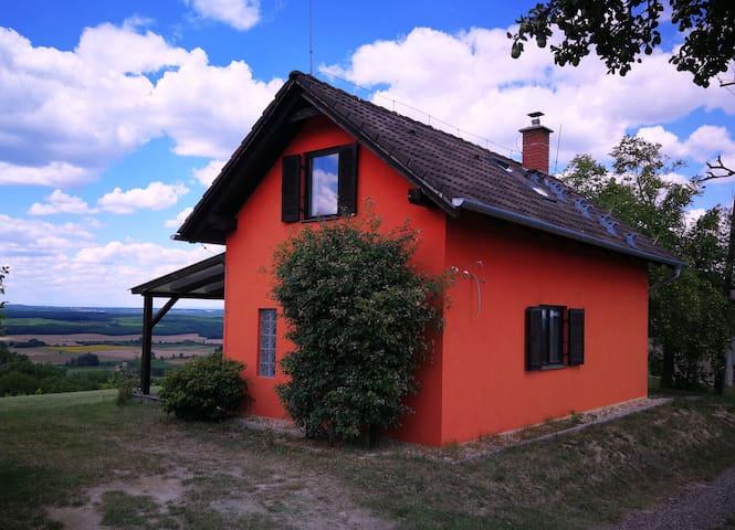 Rotes Haus auf einem Weinberg