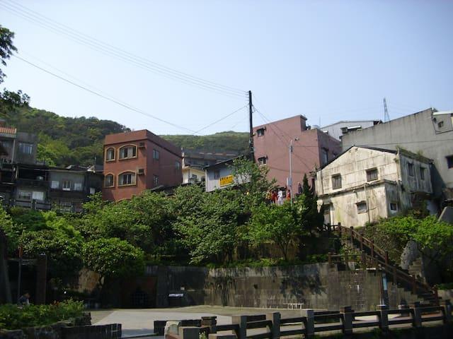民宿位在五番坑公園旁