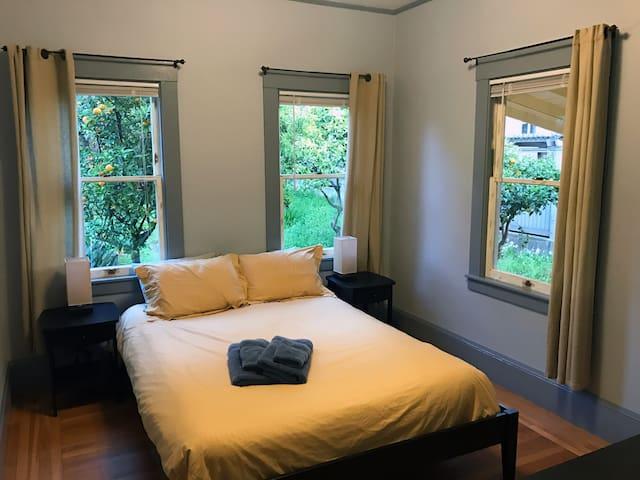 Cozy room near Lake Merritt