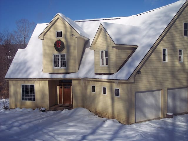 SKI VT.   UNBELIEVABLE VIEW OF MOUNT EQUINOX! - Sunderland - House