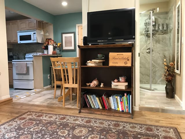 Lena's 1BR apartment (in-law unit) near downtown