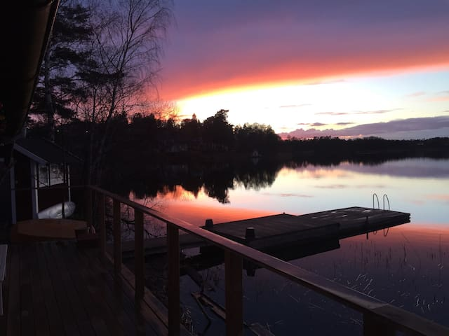 Lake cabin w. beach & sauna, close to Stockholm - Täby - Cabin