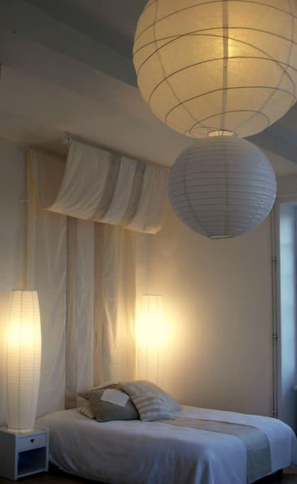 Chambre 1er étage 35 m2. Trumeaux, cheminée en marbre. Salle d'eau avec douche et toilettes.