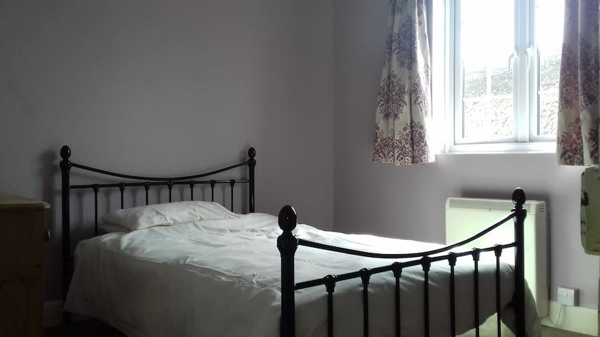 Cosy room within terraced cottage - Sidford - Huis