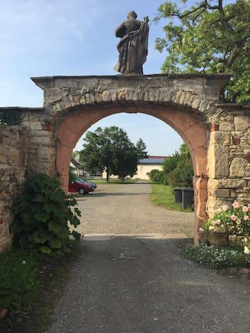 Blick vom Kloster auf den Hof