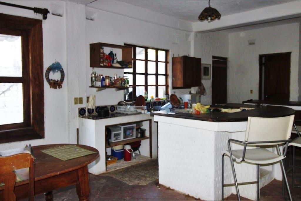 acceso a la cocina; con espacio en el refrigerador para los alimentos propios, y uso libre de la estufa para cocinar con confianza.