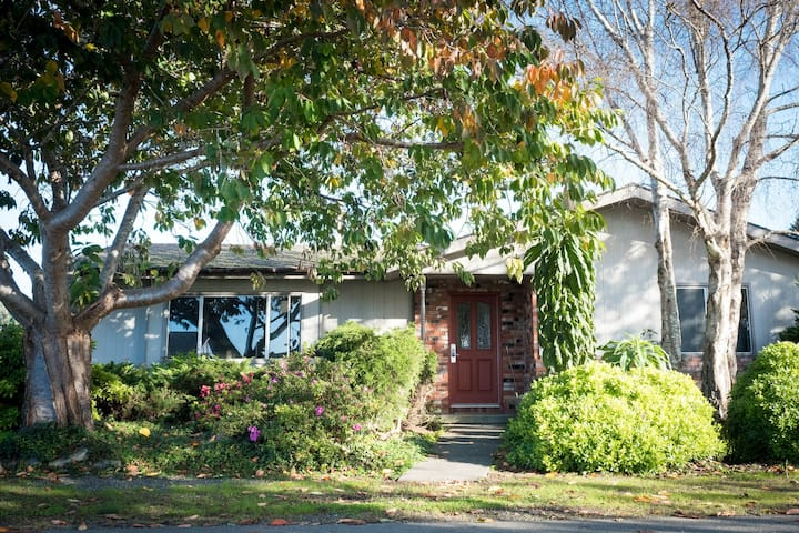 Quaint, dog-friendly home close to beaches & Redwood National Park