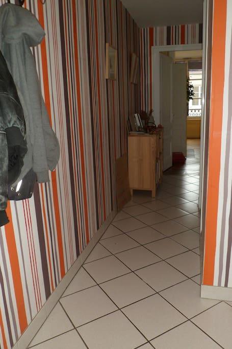 L'entrée - le couloir est en forme de L, on voit ici sa première partie, et au fond le salon.