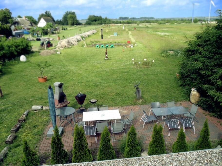Ausblick von der Dachterrasse auf Teich & Garten mit Grillplatz