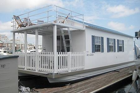 Adventure Houseboat. Free Parking! - Boston