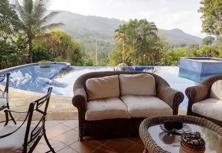 Linda casa campestre con una piscina espectacular