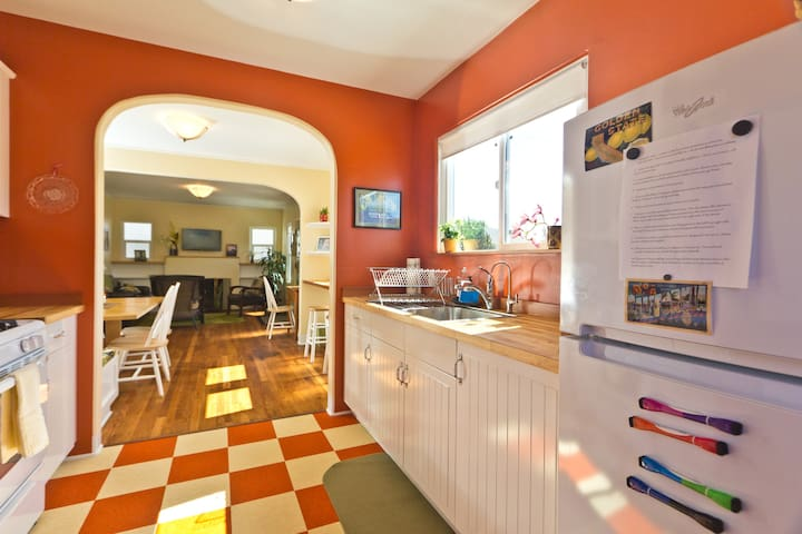 Sunny Creekside Downtown!  (30 day min rental)