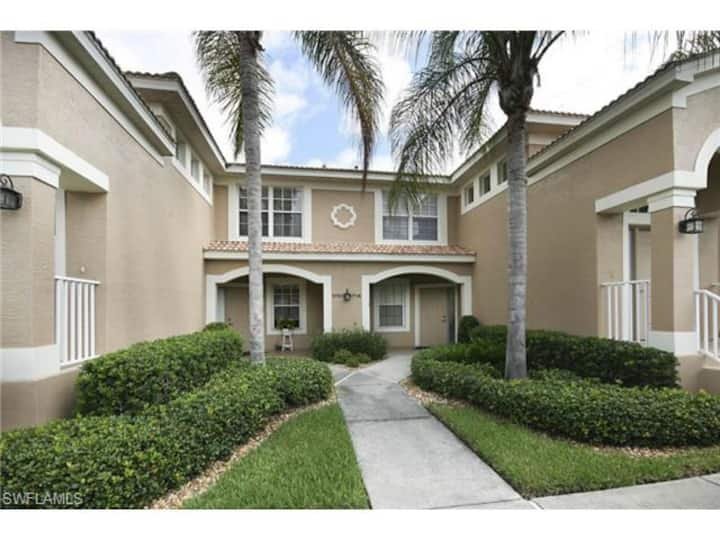 Lake side condo, ideal for golfing or leisure.