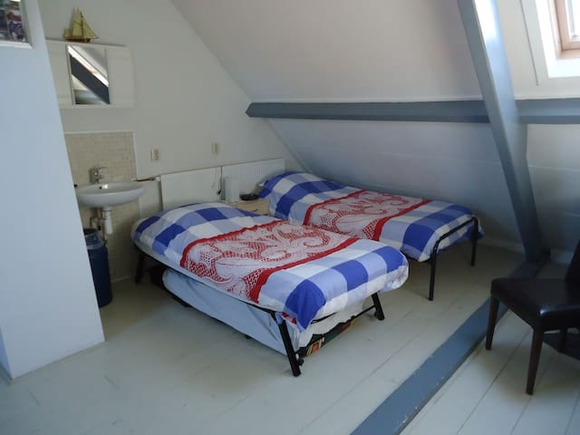 Ruime zolderkamer in hartje centrum - Harderwijk