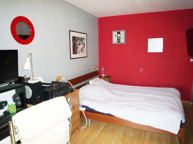 Well-equipped room in house - Grand-Couronne - House