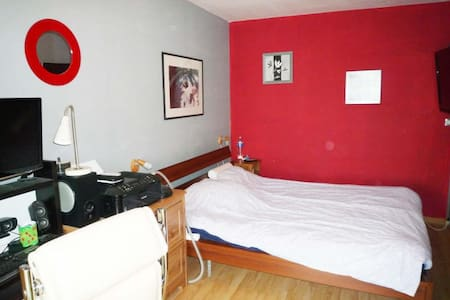 Well-equipped room in house - Grand-Couronne