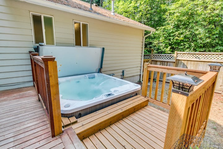 Dog-friendly retreat w/private hot tub, firepit and fenced backyard