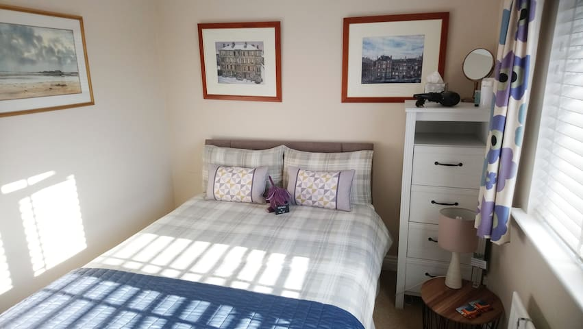 Bright, comfortable room, breakfast, come stay