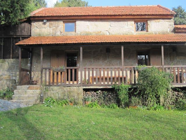 Primeiro Apartamento: Sala, cozinha, casa de banho, quarto e pequena sala com mezanini