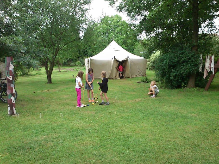kroket na zahradě-croquet in the garden