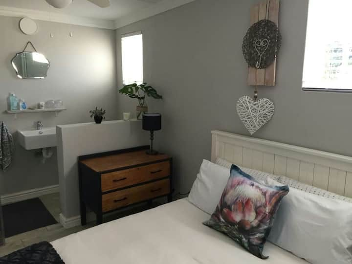 Cosy self catering room close to hospital and CBD.