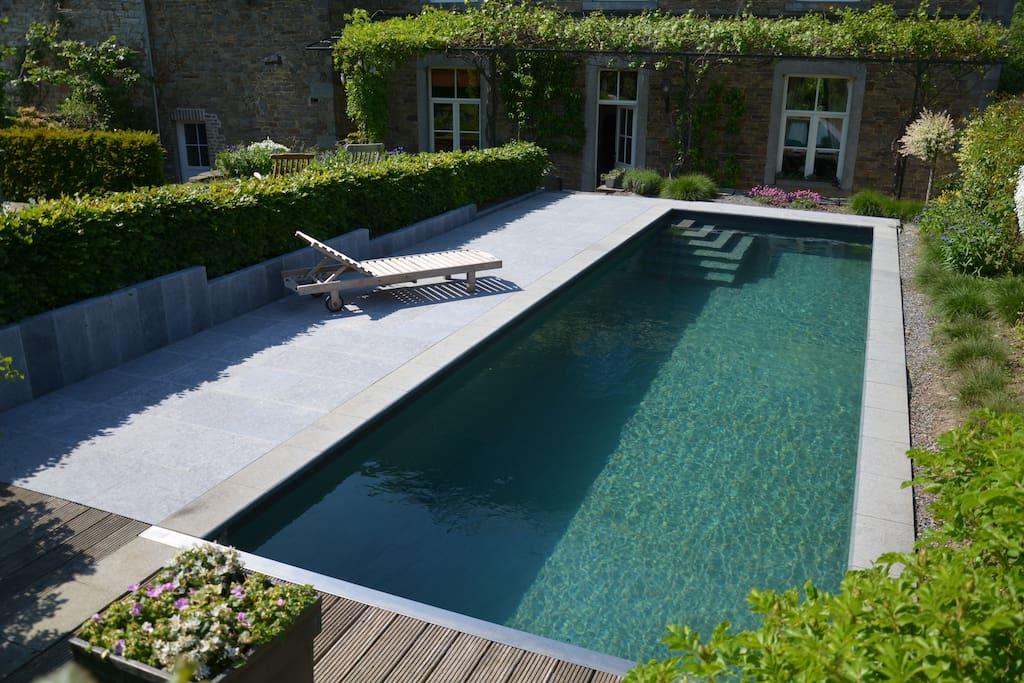 la piscine chauffée et sa terrasse ensoleillée