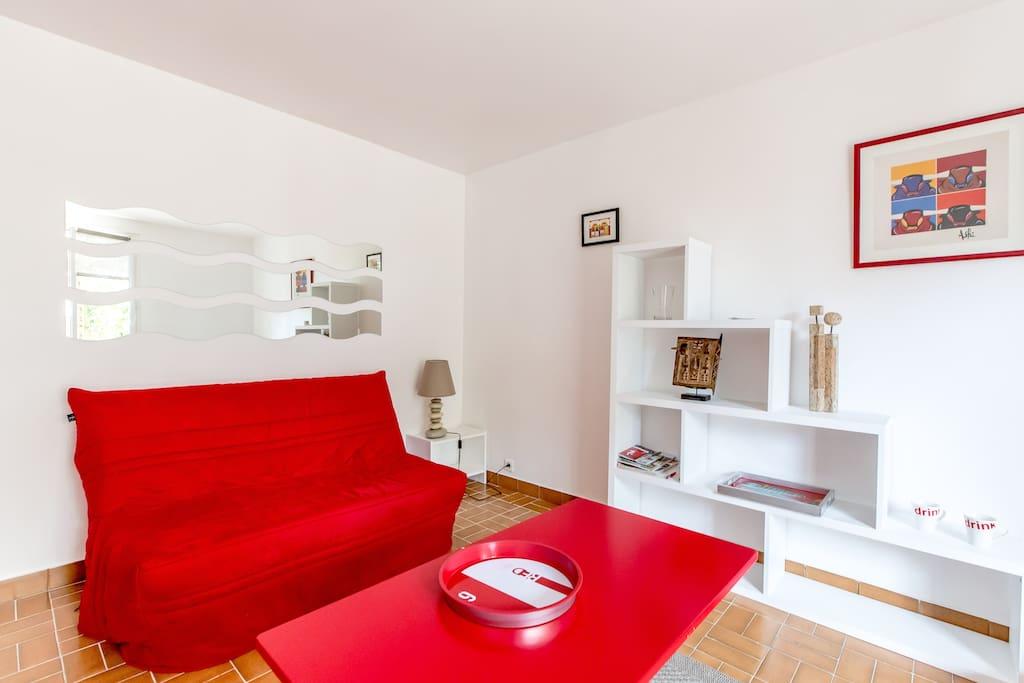 La pièce à vivre. Couchage 2 personnes BZ + lit mezzanine au dessus du canapé.