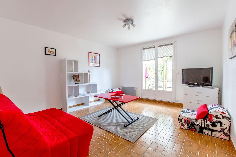 Il y a depuis peu un lit mezzanine (2 personnes, au- dessus du canapé rouge)Cela évite d'ouvrir et fermer le lit tous les jours.