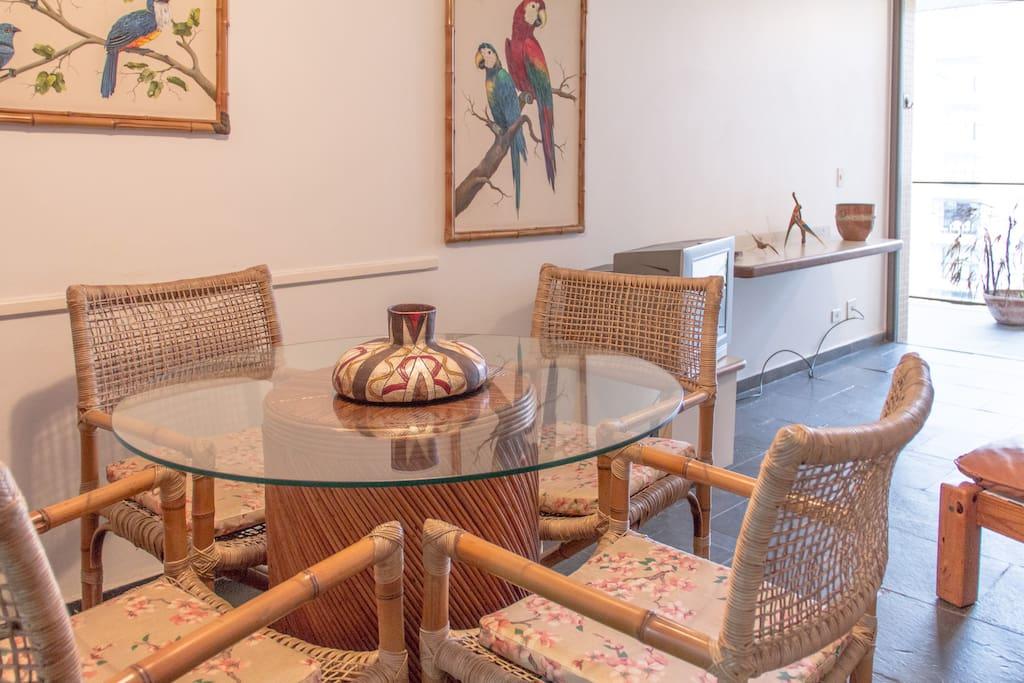 A mesa de jantar /// The dinning room table