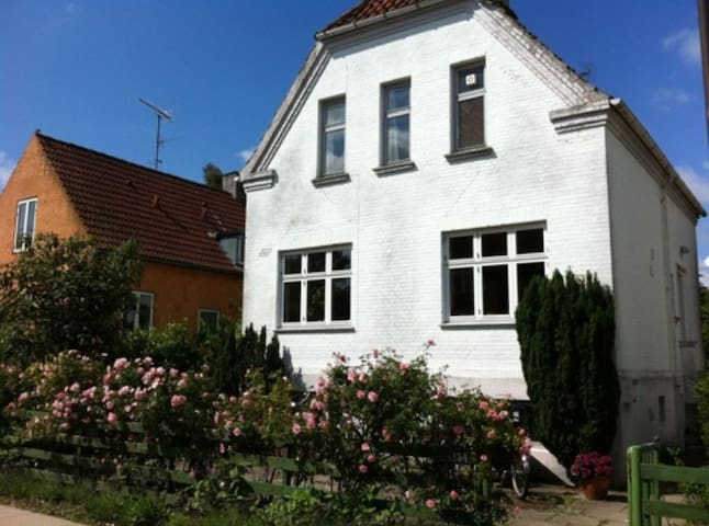 Charming town house 8 min from city - Valby - Villa