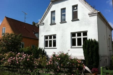 Charming town house 8 min from city - Valby - วิลล่า