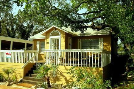 Charming 40's Era Lakeside Cottage - オースティン