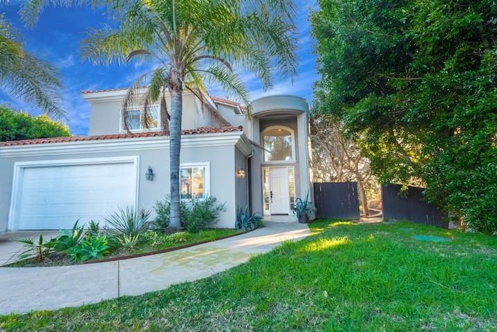 Amazing 6 bedrooms 2 Min to PCH and the beach!