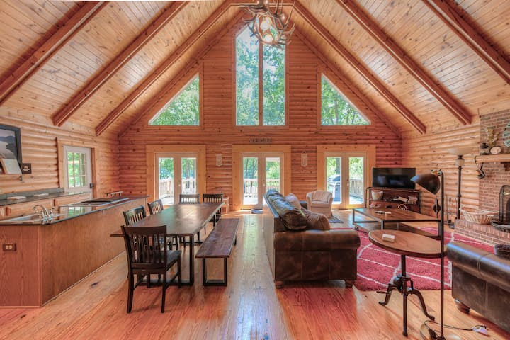 Family-friendly lakefront home w/ pool table and private dock!