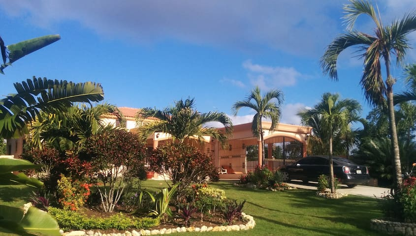 Villa Sonrisas, Tropical Garden Setting - Loni