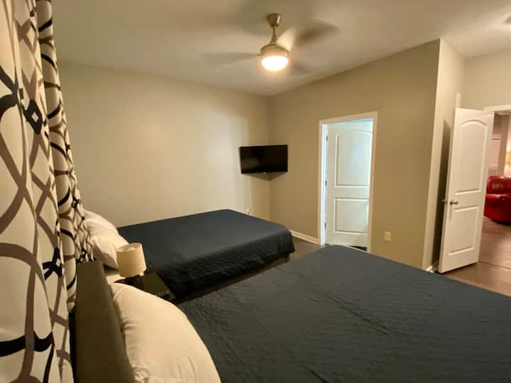 Private 2 Queen Room New House for Dtown Travelers